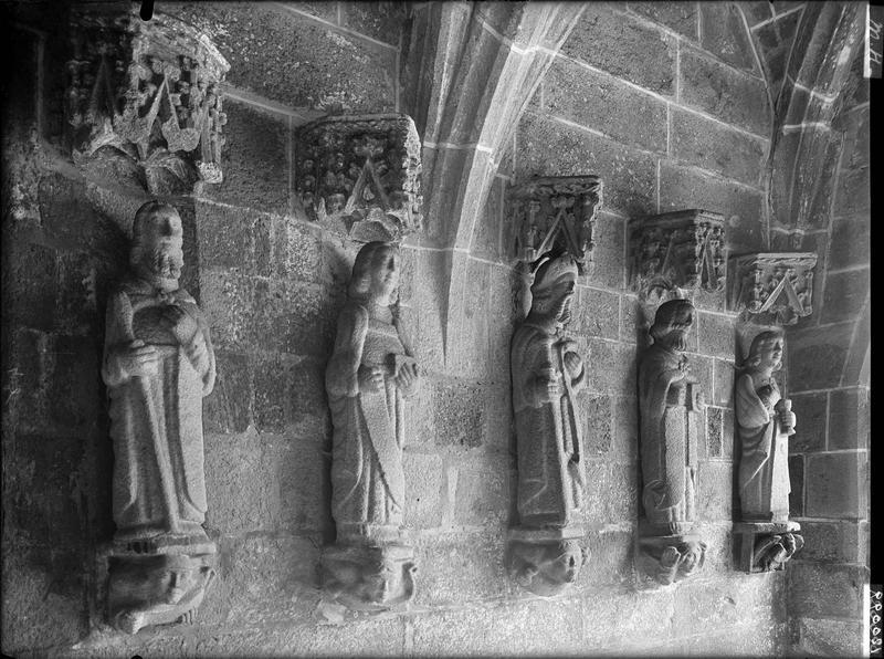 Ensemble de douze statues avec leurs socles et leurs dais : Les Apôtres