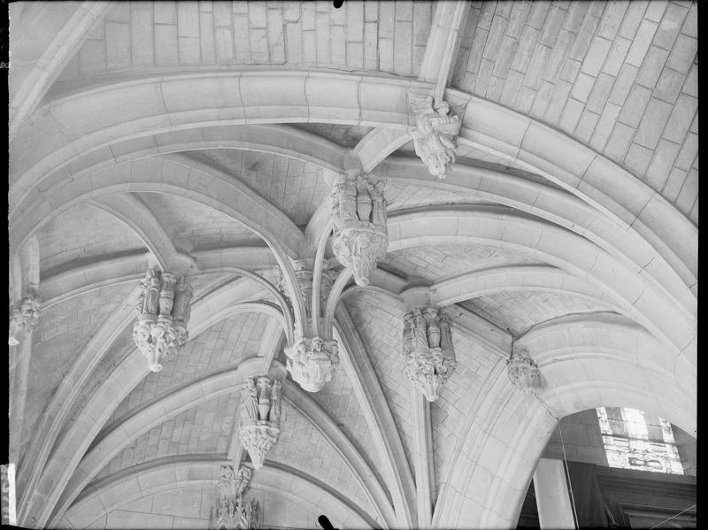 Voûte du bas-côté nord, clef sculptée et pendentif
