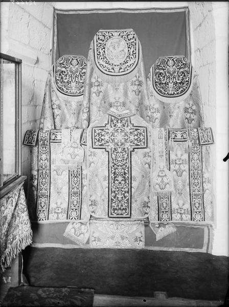 Chasuble, chape, dalmatique (ornement doré complet)