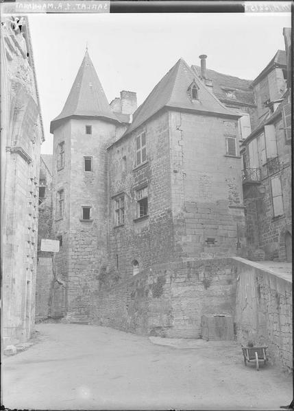 Tourelle et façade sur la rue