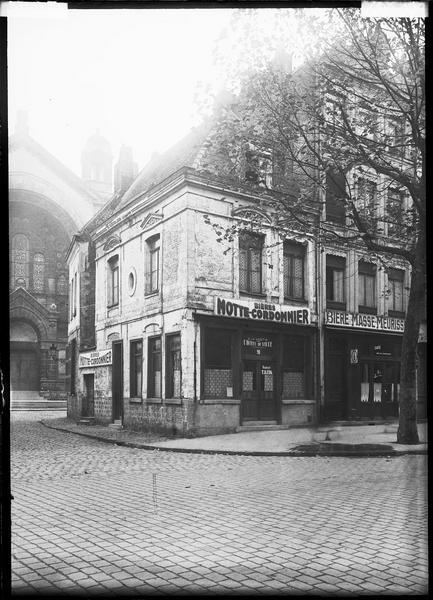 Angle des façades sur rue ; café en rez-de-chaussée