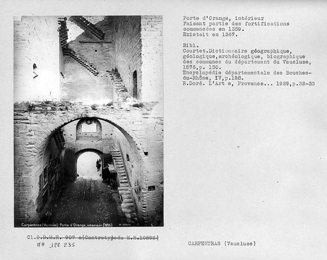 Vue intérieure de la porte de ville faisant partie des fortifications
