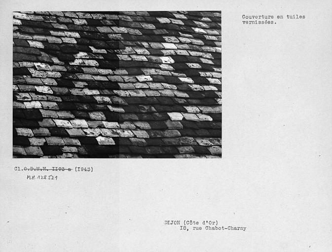 Détail de la toiture en tuiles vernissées