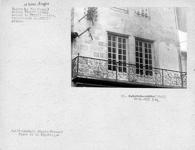 Balcon en fer forgé d'une maison du 13e siècle transformée au XVIIIème