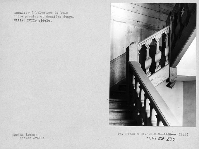 Escalier à balustres de bois entre les premier et deuxième étages
