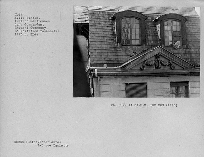 Fronton de pierre de la façade, toit