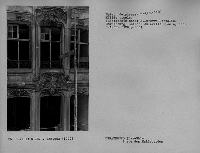 Fenêtres et barres d'appui en fer forgé des deuxième et troisième étages