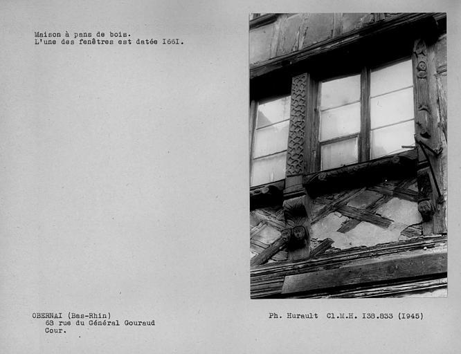 Détail de la façade en pan-de-bois, fenêtre du premier corps de bâtiment sur cour