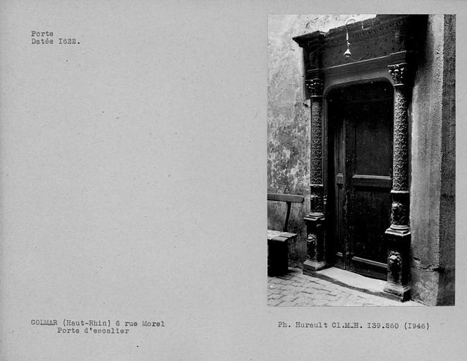 Porte datée de l'escalier de la cour