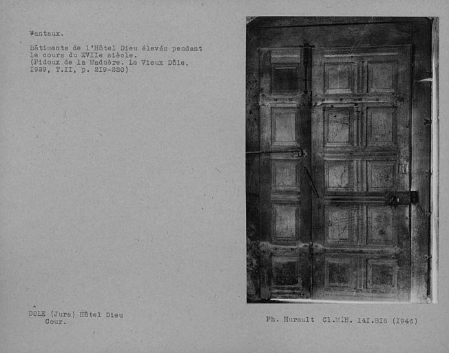 Dos des vantaux de la porte du cloître côté cour