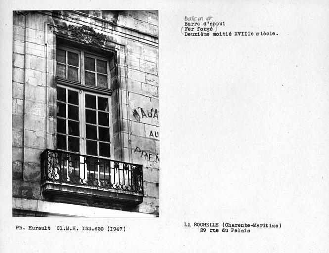 Balcon en fer forgé d'une fenêtre du premier étage