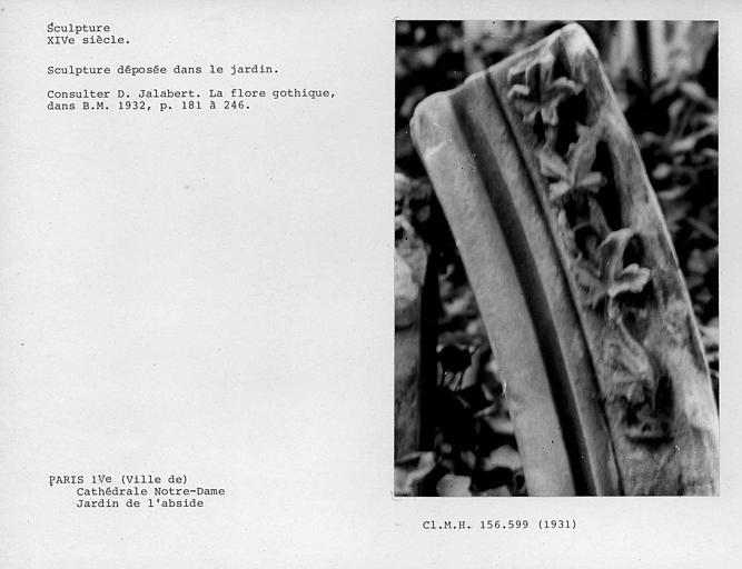Jardin de l'abside, débris de sculpture déposée dans le jardin