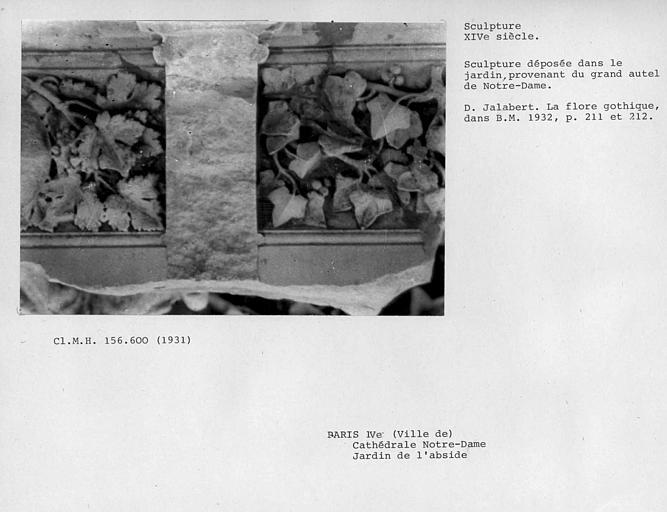 Jardin de l'abside, débris de pierre sculptée provenant du grand autel déposée dans le jardin