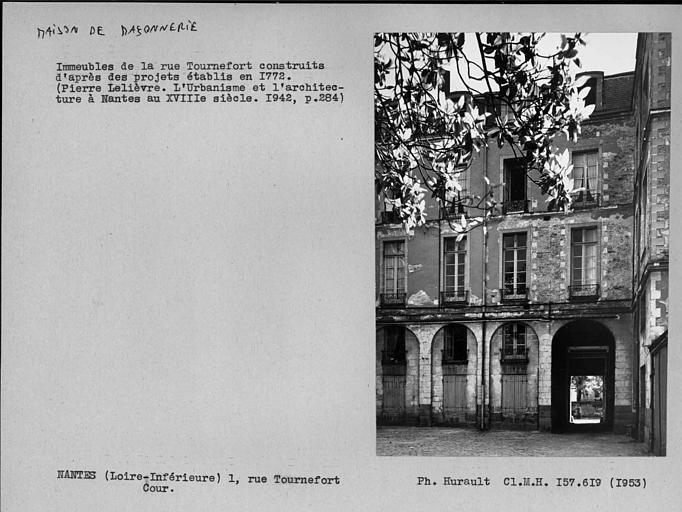 Détail de la façade sur cour, fait partie d'un grand immeuble qui a une façade place Maréchal Foch
