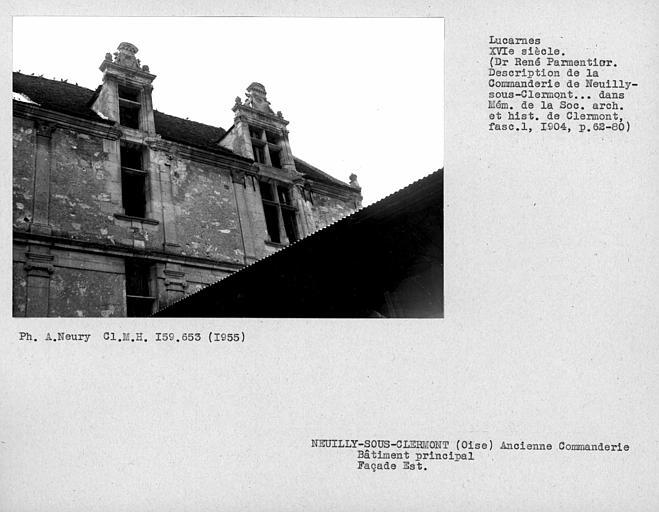 Lucarnes avec volets anciens de la façade est du bâtiment principal