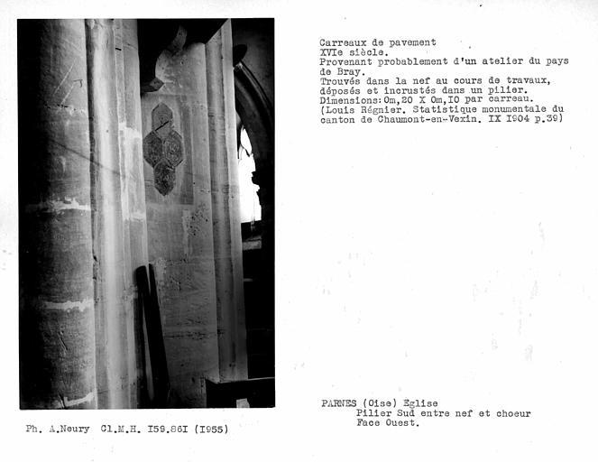 Quatre carreaux de pavement scellés sur la face ouest du pilier sud entre la nef et le choeur, provenant probablement d'un atelier du pays de Bray