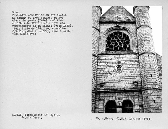 Rose de la façade ouest, peut-être construite au 15e siècle au moment où l'on couvrit le nef d'une charpente, modifiée au début du XVIIe lors des remaniements de la façade