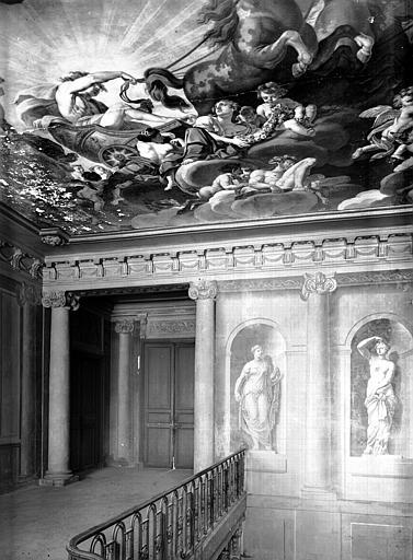 Cage d'escalier : palier du premier étage, plâtre peint, époque Louis XVI