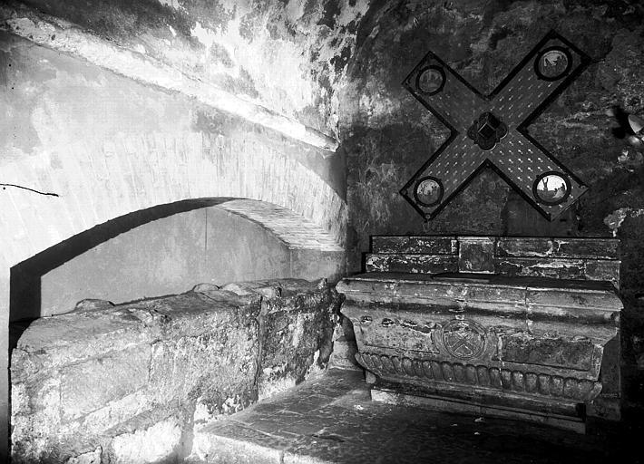 Eglise inférieure, chapelle Saint-André : autel en pierre et sarcophage en marbre