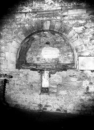 Eglise inférieure, collatéral sud : arcades et tombeau en pierre