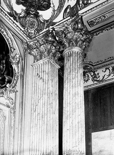 Chambre du Dais : chapiteaux de type corinthien dans cadres chantournés