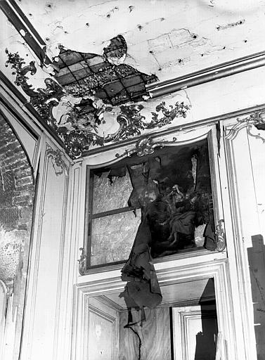 Troisième salon, dessus de porte : peinture abîmée