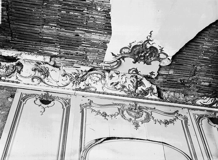 Troisième salon, dessus de porte : plafond et corniche abîmés
