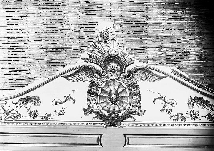 Chambre du Dais : corniche et cartouche central