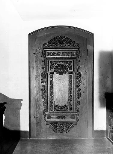 Escalier de l'entresol : porte en bois sculpté
