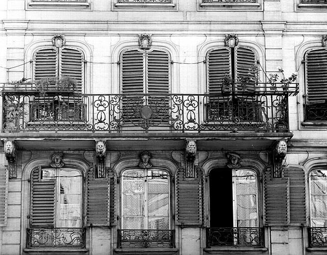 Détails : balcon et grilles