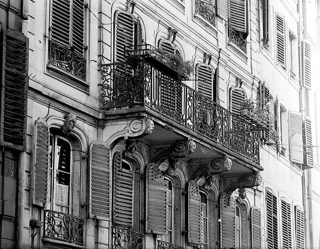 Détails : consoles et balcon