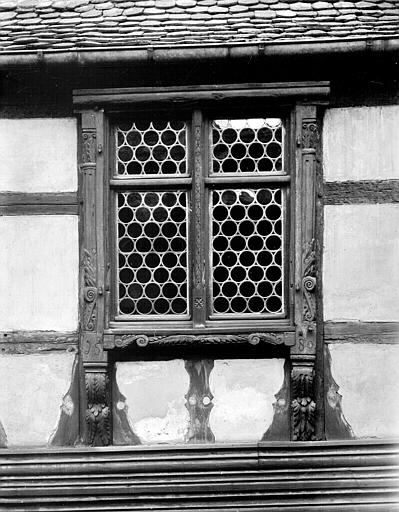 Cour intérieure, fenêtre avec inscription