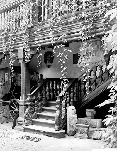 Escalier vu du porche d'entrée