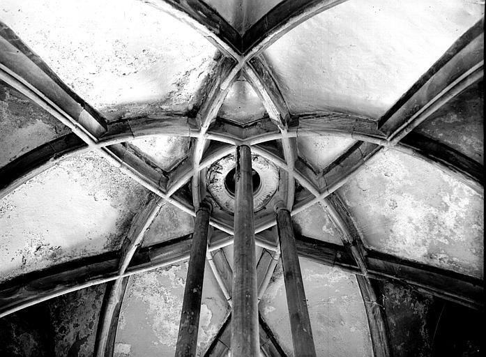 Escalier de style gothique et voûte