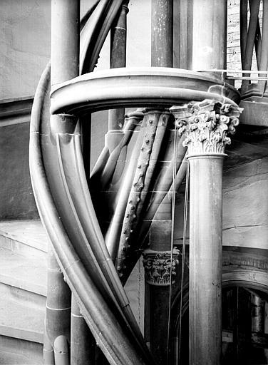 Escalier à vis, chapiteaux et colonnettes