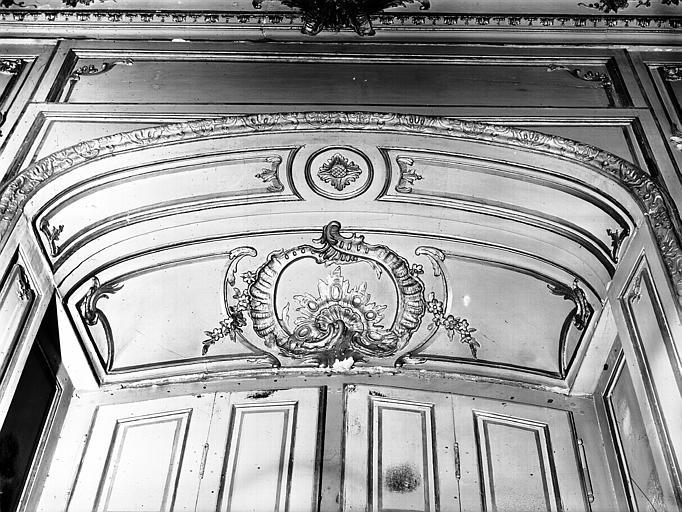 Salon de l'Assemblée : lambris, dessus de fenêtre
