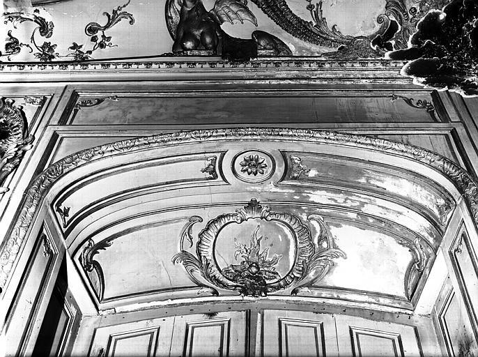 Salon de l'Assemblée : dessus de fenêtre, lambris