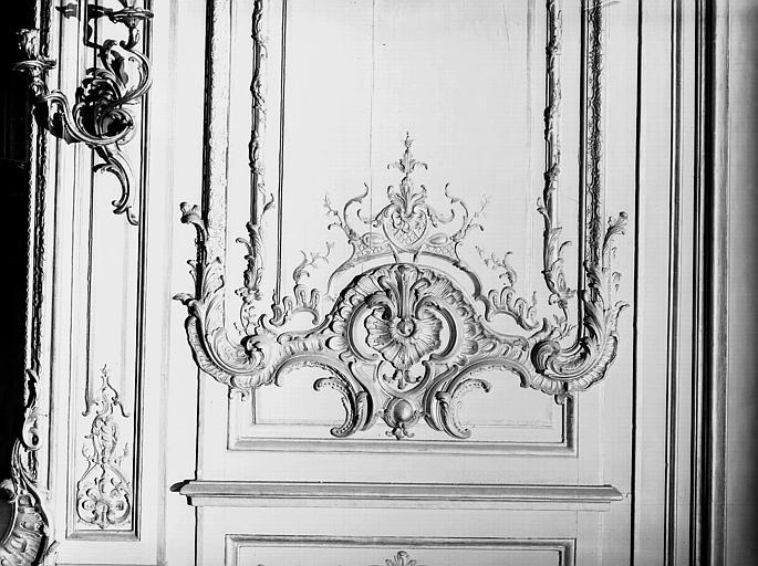 Salon de l'Assemblée : motif décoratif de la fenêtre, détail de boiseries