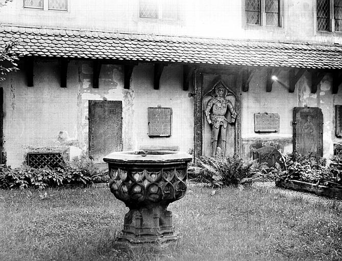 Jardin dit Cour du Cerf : ensemble, potiche et chevalier
