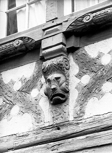 Jardin dit Cour du Cerf, maison à poutre dans la cour provenant du 7 rue d'Or : masque et console