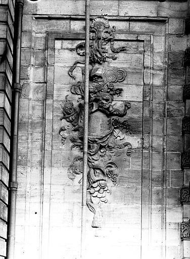 Extérieur : bas-relief, motif décoratif gauche