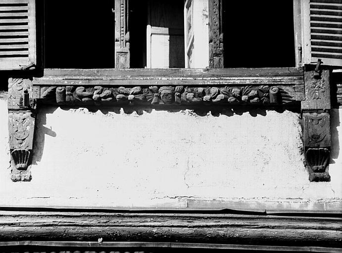 Fenêtre en bois de l'appartement, poutrage du deuxième étage