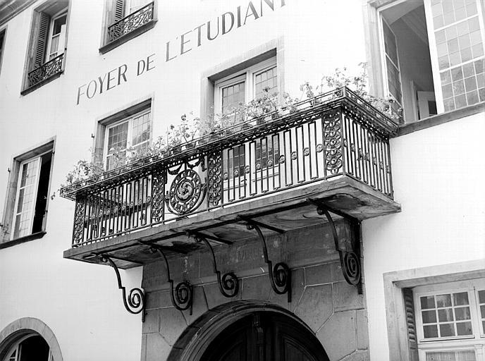 Centre de la façade : console, fenêtres et balcon en fer forgé avec garde-corps Louis XVI
