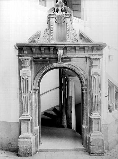Cour intérieur : porte d'escalier gothique