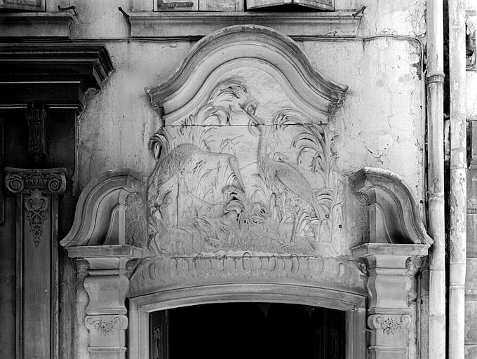 Dessus de porte : bas-relief avec cigognes