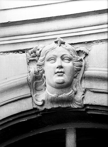Façade du premier étage : mascaron de la fenêtre