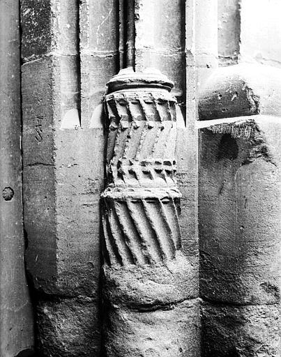 Porte d'entrée : base d'un pilastre