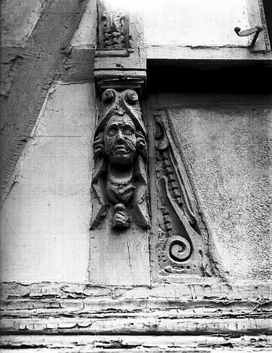 Angle : pilastre sculpté