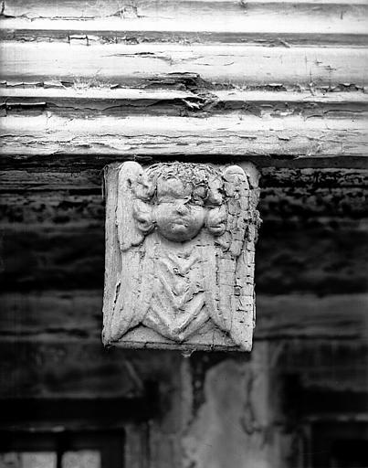 Premier étage : tête d'angelot, poutrage