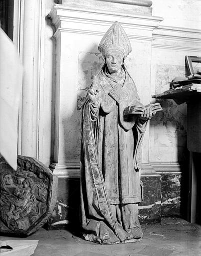 Statue en pierre d'évêque, située dans la chapelle